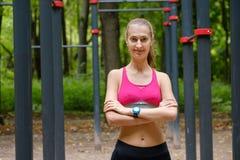 Potomstwa odchudzają kobieta sportów portret na podstawie szkolenia Fotografia Stock
