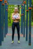 Potomstwa odchudzają kobieta sportów portret na podstawie szkolenia Zdjęcia Stock