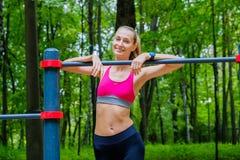 Potomstwa odchudzają kobieta sportów portret na podstawie szkolenia Zdjęcia Royalty Free