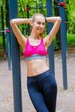 Potomstwa odchudzają kobieta sportów portret na podstawie szkolenia Zdjęcie Royalty Free
