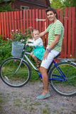 Potomstwa ojcują i śliczna mała córki jazda jechać na rowerze Fotografia Stock