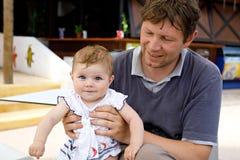 Potomstwa ojcują i śliczna mała dziewczynka w plenerowej kawiarni Rodzina na letnim dniu zdjęcie royalty free