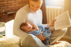 Potomstwa ojcują mały dziecko i czytelnicza książka Zdjęcie Stock