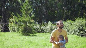 Potomstwa ojcują rzucać up jego małej córki outdoors zbiory wideo