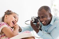 Potomstwa ojcują z jego śliczną małą córką bierze obrazki each inny na starej rocznik kamerze obrazy royalty free