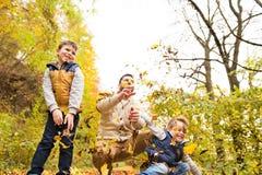 Potomstwa ojcują z jego synami w jesień lesie obrazy royalty free