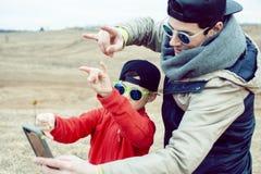 Potomstwa ojcuj? z jego synem ma zabaw? outside w wiosny polu, szcz??liwy rodzinny ono u?miecha si?, styl ?ycia ludzie robi selfi fotografia stock