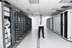 Potomstwa ono inżynier w datacenter serweru pokoju Fotografia Stock