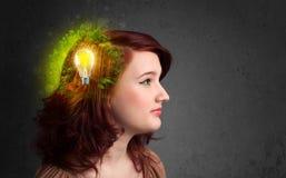 Potomstwa pamiętają główkowanie zielona eco energia z lightbulb Fotografia Royalty Free