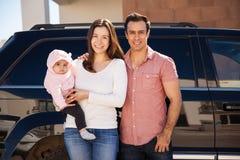 Potomstwa para i dziecko jedzie samochód fotografia stock