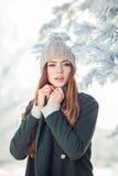 Potomstwa, piękna dziewczyna w zimie outdoors Obraz Stock