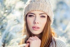 Potomstwa, piękna dziewczyna w zimie outdoors Zdjęcie Royalty Free