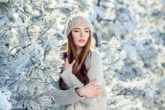 Potomstwa, piękna dziewczyna w zimie outdoors Zdjęcie Stock