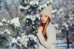 Potomstwa, piękna dziewczyna w zimie outdoors Obrazy Stock