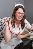 Potomstwa pielęgnują z nakrętki mienia ono uśmiecha się i stetoskopem Fotografia Royalty Free