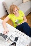 Potomstwa plus wielkościowa kobieta pracuje na laptopie fotografia stock
