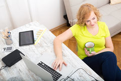 Potomstwa plus wielkościowa kobieta pracuje na laptopie obraz royalty free