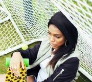 Potomstwa pochodzenia etnicznego amerykanina dosyć wielo- dziewczyna ma zabawę na fo Zdjęcie Stock