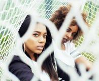 Potomstwa pochodzenia etnicznego amerykanina dosyć wielo- dziewczyny ma zabawę na f Obraz Royalty Free