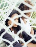 Potomstwa pochodzenia etnicznego amerykanina dosyć wielo- dziewczyny ma zabawę na foothball polu, fan club swag nastolatkowie Obrazy Royalty Free