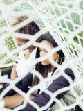Potomstwa pochodzenia etnicznego amerykanina dosyć wielo- dziewczyny ma zabawę na foothball polu, fan club swag nastolatkowie Fotografia Stock
