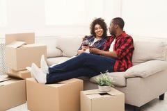 Potomstwa popierają pary odpakowania chodzenia pudełka i pić wino Zdjęcie Royalty Free