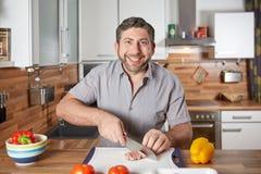 Potomstwa przerzedżą przystojnego mężczyzna kucharstwo Zdjęcie Royalty Free