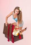 Potomstwa przyczepiają w górę kobiety prób target393_0_ walizkę zdjęcia royalty free