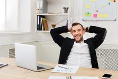 Potomstwa relaksowali biznesmena z laptopem w nowożytnym białym biurze fotografia stock