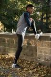 Potomstwa, sportowy mężczyzna rozciągają w parku przed bieg - Autum Fotografia Stock