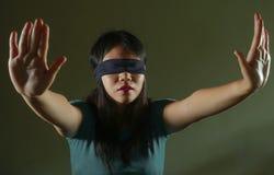 Potomstwa straszący i z zasłoniętymi oczami Azjatycka Koreańska nastolatek dziewczyna gubjąca i wprawiać w zakłopotanie bawić się zdjęcia stock