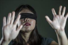 Potomstwa straszący i z zasłoniętymi oczami Azjatycka Koreańska nastolatek dziewczyna gubjąca i wprawiać w zakłopotanie bawić się zdjęcie stock