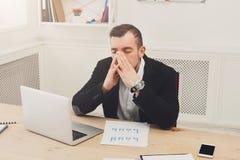 Potomstwa stresowali się biznesmena z laptopem w nowożytnym białym biurze zdjęcie royalty free
