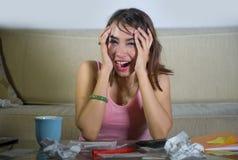 Potomstwa stresujący się, martwiący się kobiety cierpienia stresu kosztów kalkulatorski miesięczny dług w domowej księgowości pie Obrazy Royalty Free