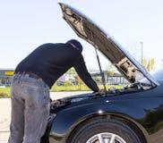 Potomstwa stresujący się obsługują mieć kłopot z jego łamanym samochodem fotografia royalty free