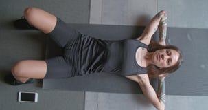 Potomstwa tatuowali kobiety robi chrupnięcia ćwiczenia rozciąganiu podczas sprawność fizyczna sporta treningu w domu Odgórny wido zbiory wideo