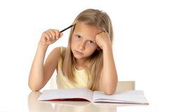 Potomstwa uczą kogoś studenckiej dziewczyny patrzeje nieszczęśliwi i zmęczeni w edukaci pojęciu zdjęcie stock