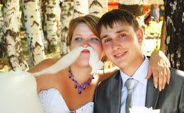Potomstwa, w parku szczęśliwa para. Fotografia Royalty Free