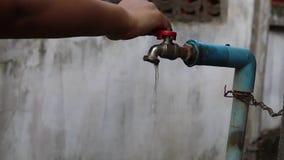 Potomstwa wręczają obracają daleko wolnego bieżącego starego wodnego klepnięcie oprócz woda zbiory wideo