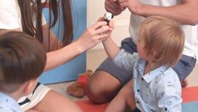 Potomstwa wychowywają ich małych synów uczący dlaczego bawić się z palcowymi kukłami zdjęcia royalty free