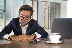 Potomstwa wyczerpujący, śpiący biznesowego mężczyzna uczucie marnotrawiący i kac pracować gnuśny przy komputerowym biurka cierpie fotografia royalty free
