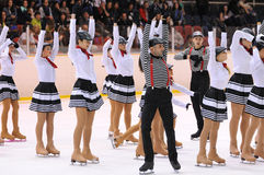 Potomstwa zespalają się od szkoły łyżwiarstwo na lodowym występie Fotografia Stock