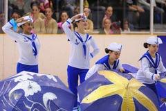 Potomstwa zespalają się od szkoły łyżwiarstwo na lodzie wykonują, przebierali jako żeglarzi, przy Międzynarodową filiżanką Ciutat Zdjęcia Royalty Free
