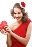 Potomstwo brunetki dosyć szczęśliwa uśmiechnięta kobieta na bożych narodzeniach w Santas Obraz Stock