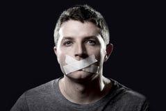 Potomstwo cenzurujący mężczyzna usta pieczętujący na taśmie zapobiegać bezpłatnego mówienie Obraz Royalty Free