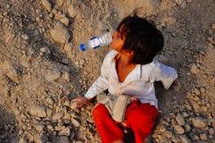 Potomstwo chłopiec bawić się w stosie brud w Agra, India Obrazy Royalty Free