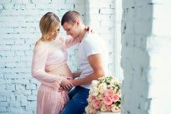 Potomstwo ciężarna para oczekuje dziecka Szczęśliwa i zdrowa brzemienność Zdjęcie Stock