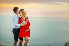 Potomstwo ciężarna para w miłości na lato słonecznym dniu obraz royalty free