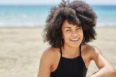 Potomstwo dosyć afro amerykańska kobieta na plażowy ono uśmiecha się Obraz Royalty Free