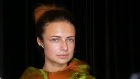 Potomstwo dosyć miedzianowłosa nastoletnia dziewczyna w czarnych kolczykach i szalika zielone pozy bez makeup w wzorcowym fotogra zbiory wideo